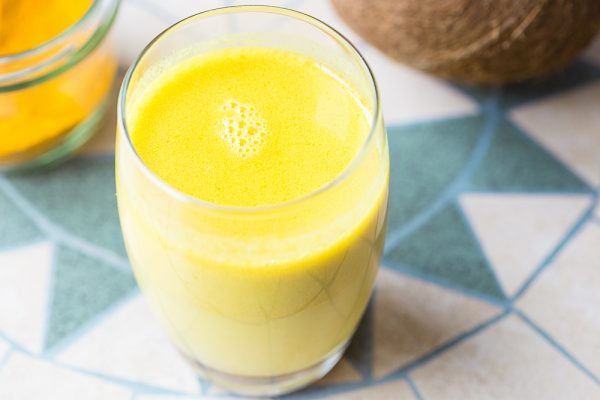 Uống tinh bột nghệ với sữa đặc giúp tăng cân hiệu quả.